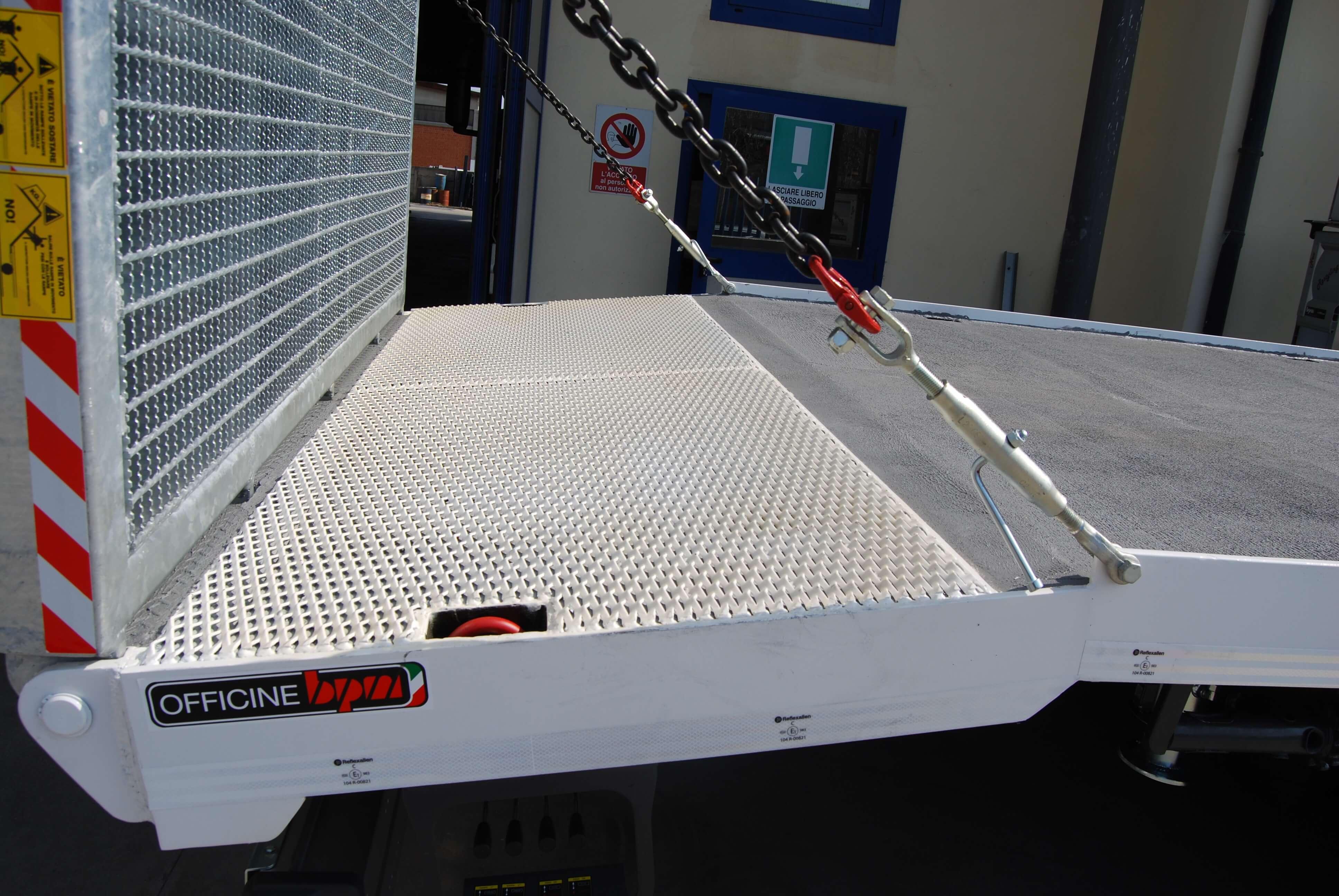 carrellone personalizzato con catene sicurezza per rampe