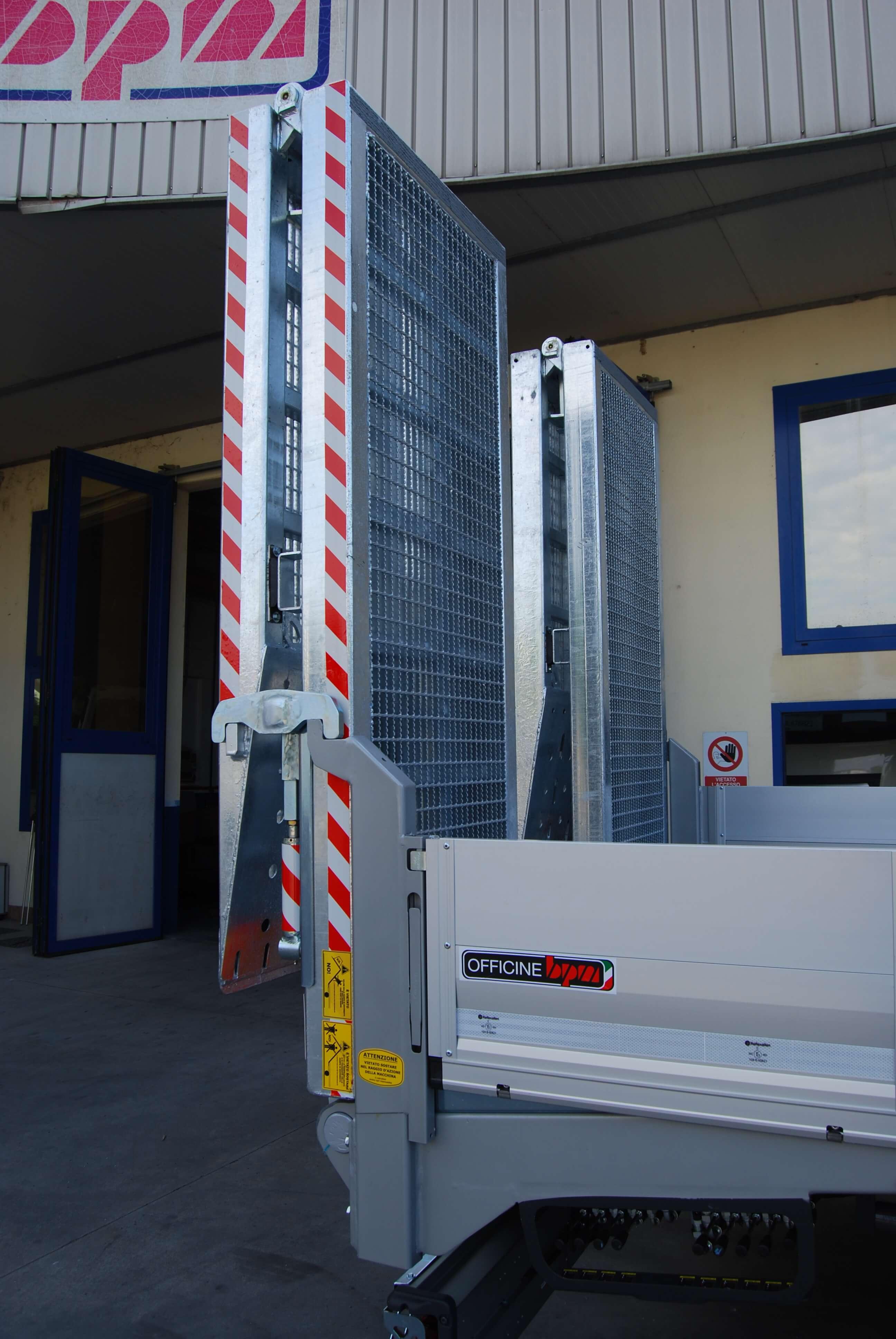 carrellone personalizzato con chiusura idraulica sicurezza rampe idrauliche